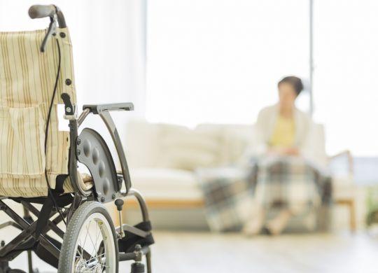 femme senior dans un fauteuil roulant