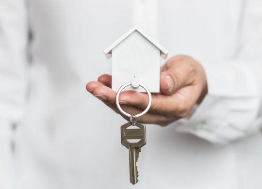 Même si seuls 2 à 3 % des logements loués font l'objet de loyers impayés, les propriétaires préfèrent limiter ce risque et exigent des candidats locataires une garantie qui les protège. © istock